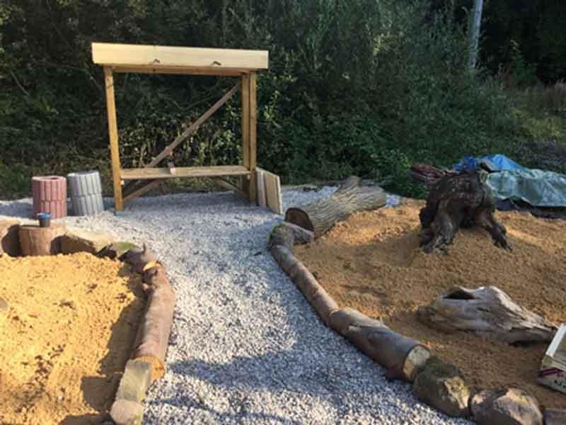Bienenparadies mit noch unfertiger Nistwand und angelegter Stein/ Sandlandschaft