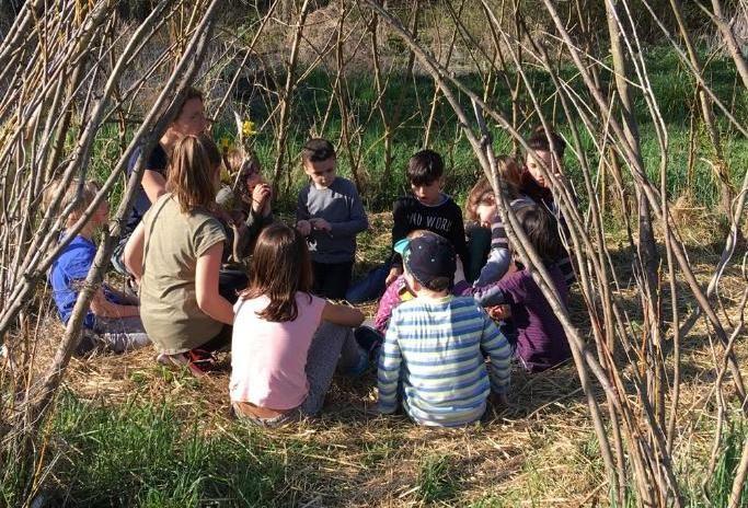 Weidentipi unbelaubt mit Kindergruppe
